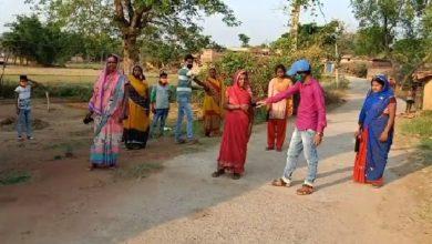 Photo of गढ़वा :  जिले के कांडी प्रखण्ड क्षेत्र अंतर्गत घटहुआँ कला पंचायत के लमारी खुर्द गांव में 50 मास्क का वितरण किया गया।